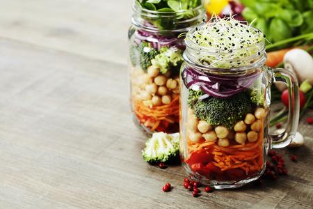 ヘルシー自家製石工の瓶のサラダひよこ豆と野菜 - 健康食品、ダイエット、デトックス、きれいな食事や菜食主義の概念