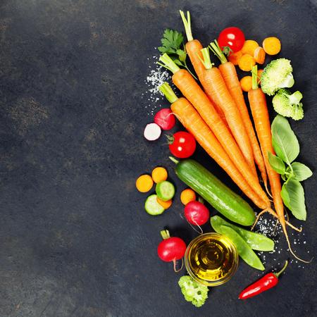 어두운 소박한 배경에 신선한 유기농 야채입니다. 건강한 음식. 채식을 먹고. 정원에서 신선한 수확. 빈 텍스트 공간이있는 배경 레이아웃.