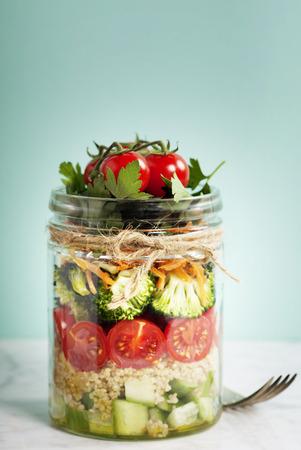 Ensalada sana hecha en casa del tarro Mason con quinua y verduras - La comida sana, dieta, desintoxicación, limpio Comer o concepto Vegetariana Foto de archivo - 55779988