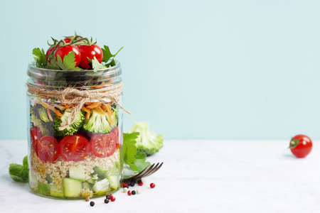 Healthy Homemade Mason Jar Salad with Quinoa and Vegetables - Healthy food, Diet, Detox, Clean Eating or Vegetarian concept Imagens