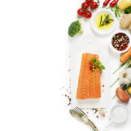 pepe nero: Delicious portion of fresh salmon fillet with aromatic herbs, spices and vegetables - healthy food, diet or cooking concept. Top view.