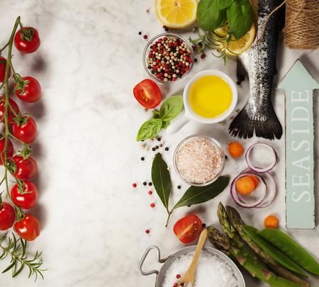 especias: trucha arco iris cruda con verduras, hierbas y especias - Salud o cocinar concepto