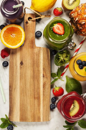 jugo de frutas: batidos y frutas frescas en la mesa de mármol