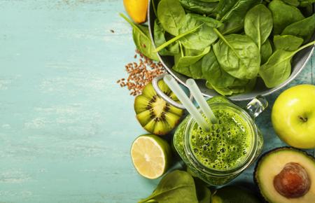 건강한 녹색 스무디와 파란색 배경에 재료 - 수퍼 푸드, 해독, 다이어트, 건강, 채식 요리 개념