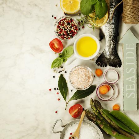 Raw Regenbogenforelle mit Gemüse, Kräutern und Gewürzen - Gesundheit oder Kochen Konzept