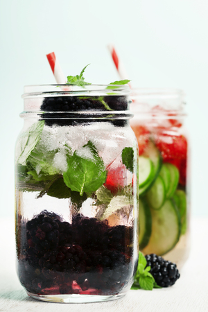 cocteles de frutas: Detox fruta infundida agua saborizada. Refrescante de verano cócteles caseros