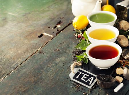 茶のコンセプトです。セラミック ボールや木製の背景に食材で茶 (黒、緑、抹茶茶) の種類