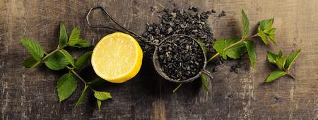 Dry Tee mit Minze und Zitrone auf Holztisch, Ansicht von oben