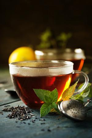 taza de té: taza de té caliente con menta y azúcar en el fondo rústico