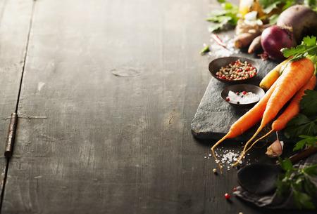 Verdure su legno. Bio cibo sano, erbe e spezie. ortaggi biologici su legno. concetto di cucina
