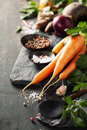 Groenten op hout. Bio Gezonde voeding, kruiden en specerijen. Biologische groenten op hout. koken begrip Stockfoto