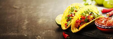 소박한 배경에 고기, 콩, 살사와 멕시코 타코
