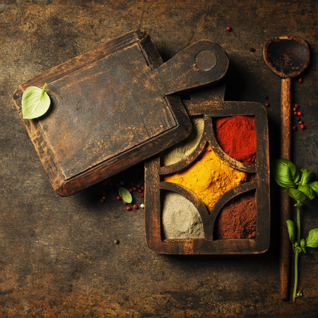 especias: Herbs and spices. Fresh delicious ingredients for healthy cooking on rustic background, top view. Diet, cooking, clean eating or vegetarian food concept.