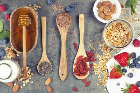 그라 놀라, 아몬드 우유, superfoods 및 딸기 세트 아침. 아침 음식, 다이어트, 해독, 깨끗 한 먹는, 채식 개념.