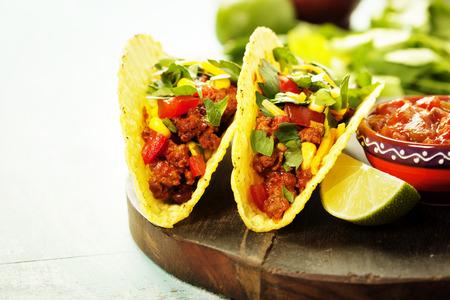 소박한 배경에 고기, 콩, 살사 멕시코 나초 칩과 타코