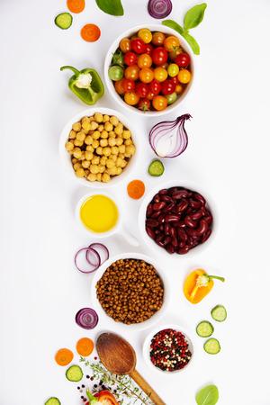 콩과 식물은 허브와 유기농 채소를 선택합니다. 요리 재료. 화이트 음식 배경입니다. 상위 뷰 복사 공간입니다. 스톡 콘텐츠