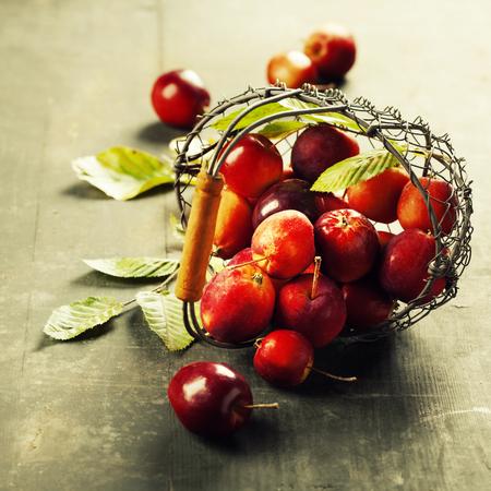 오래 된 목조 배경에 바구니에 사과 스톡 콘텐츠