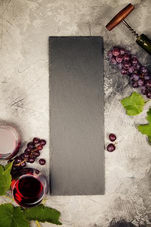 와인 목록 및 와인과 스낵 세트 메뉴에 대 한 빈 분필 보드의 상위 뷰. 다양 한 치즈, 올리브, 퀴 토 햄과 고기, 버 게 트 빵 조각, 검은 포도 및 회색 배