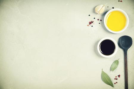 Olio d'oliva, aceto balsamico, pepe ed erbe su fondo concreto - cucinando gli ingredienti - vista superiore - spazio per testo. Vegano cibo sano o concetto di nutrizione dieta. Archivio Fotografico - 88598478