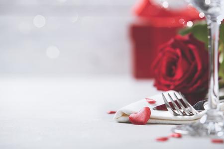 Dia dos namorados ou conceito de jantar romântico. Dia dos namorados ou fundo de proposta. Feche acima da ideia da tabela do restaurante com ajuste de lugar romântico da tabela. Espaço da cópia Foto de archivo