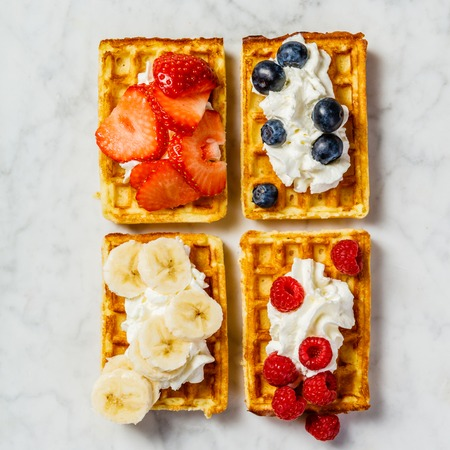 Traditional belgian waffles with whipped cream and fresh fruits Banque d'images