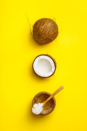 Aceite de coco y cocos frescos. Foto de archivo