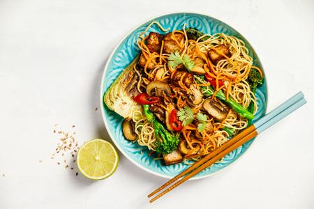 Asiatische Tofu Soba Nudelschale Standard-Bild