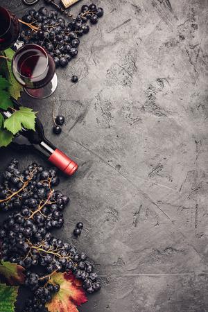 Composition de vin sur fond rustique foncé Banque d'images - 108297445