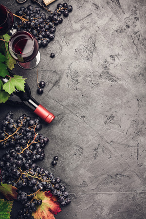 Wine composition on dark rustic background 免版税图像 - 108297445