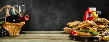 Hausgemachte Hamburger auf hölzernem Hintergrund Standard-Bild
