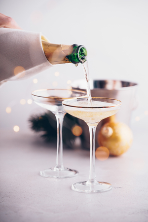 Champagne pouring into glasses and Christmas decorations Imagens - 113598167