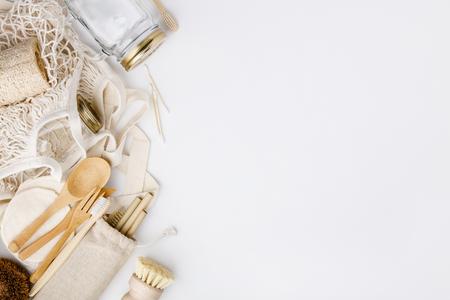Sacchetti ecologici di colore naturale, cannucce riutilizzabili in metallo e bambù, barattoli di vetro, coltelli e forchette in legno, prodotti per la pulizia e la bellezza zero rifiuti, posa piatta