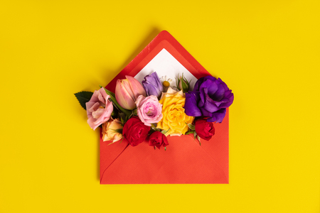 Opened red envelope with flowers arrangements on yellow background Standard-Bild - 123837746