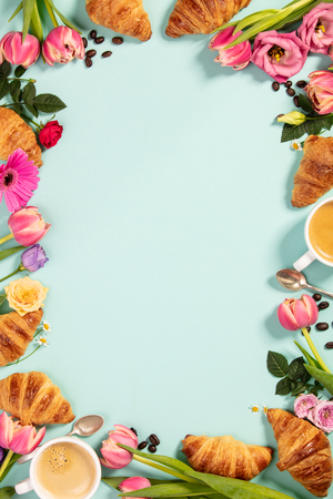 Morning coffee, croissants and a beautiful flowers. Flat lay Standard-Bild - 124680753