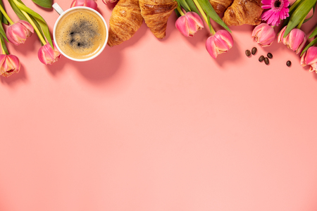 Morning coffee, croissants and a beautiful flowers. Cozy breakfast. Standard-Bild - 124680759