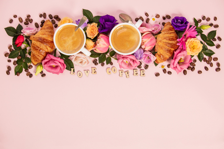 Morning coffee, croissants and a beautiful flowers . Flat lay style. Standard-Bild - 124680762