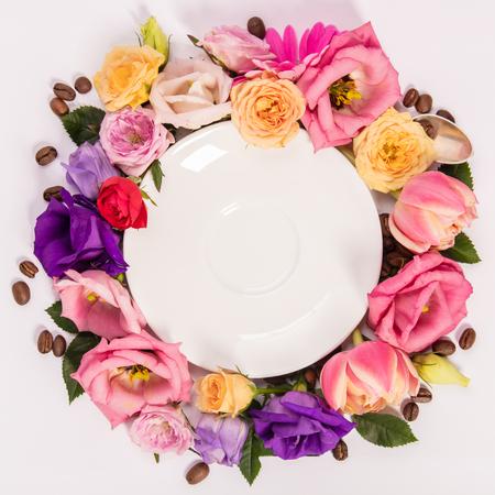 Composición de bodegón con plato y flores.