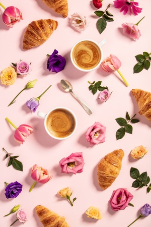 Morning coffee, croissants and a beautiful flowers . Flat lay style. Standard-Bild - 124680764
