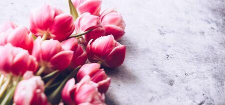 Pastel pink tulips on shabby chic background Standard-Bild - 124959302