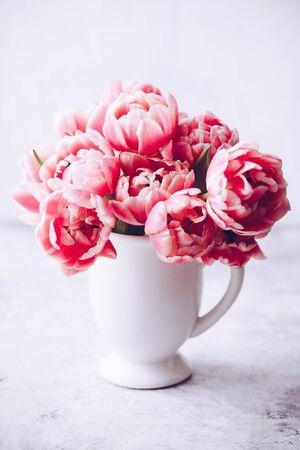 Bouquet of Spring tulips in vase on shabby chic background Standard-Bild - 124959307