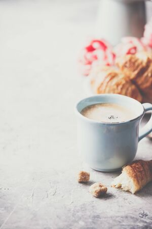Morning coffee, croissants and spring tulips on light grey background Standard-Bild - 124959312