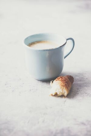 Morning coffee, croissants and spring tulips on light grey background, breakfast concept Standard-Bild - 124959321