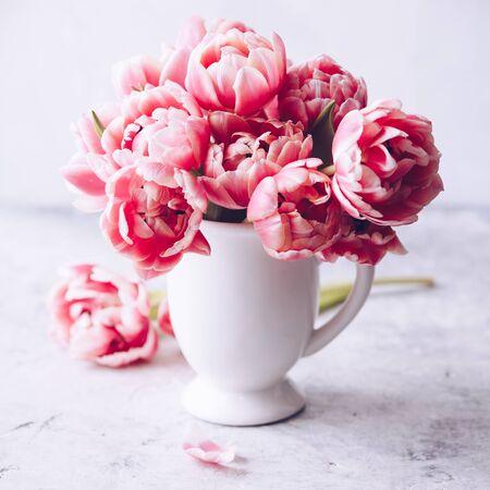 Bouquet of Spring tulips in vase on shabby chic background, day light Standard-Bild - 124959326