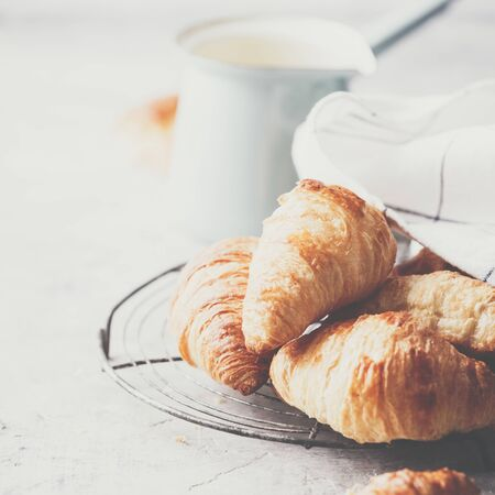 Morning coffee, croissants and spring tulips on light grey background, breakfast concept Standard-Bild - 124959329