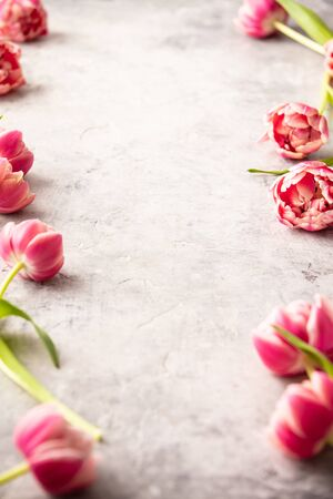 Spring flowers and Easter decorations on shabby chic background Standard-Bild - 124973101