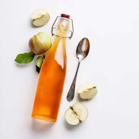 Apfelessig und frische Äpfel, flach, Platz für Ihren Text