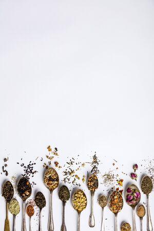 Surtido de té seco en cucharas vintage