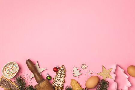 Christmas gingerbread cookies in the shape of a Christmas tree and baking ingredients Stockfoto