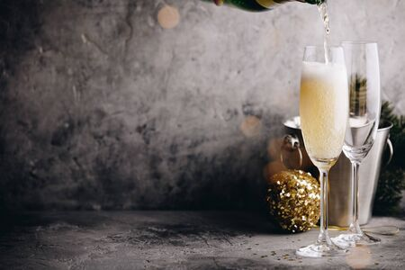 Champagne pouring into glasses and Christmas decorations Stockfoto