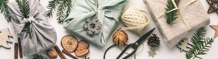 Regali avvolti in tessuto e decorazioni natalizie in legno Archivio Fotografico